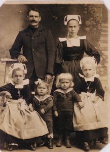 Grands Parents maternels de Daniel Goazec. En bas, à gauche, sa maman Marcelle dite Anna
